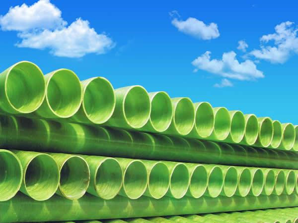 北京〖瑞丰碧源〗带您了解玻璃钢管的主要特点! 主要特点1、耐腐蚀性能好。由于玻璃钢的主要原材料选用高分子成分的不饱和聚脂树脂和玻璃纤维组成,能有效抵抗酸、碱、盐等介质的腐蚀和未经处理的生活污水、腐蚀性土壤、化工废水以及众多化学液体的侵蚀,在一般情况下,能够长期保持管道的安全运行。  玻璃钢管 2、抗老化性能和耐热性能好。玻璃钢管可在-40~70温度范围内长期使用,采用特殊配方的耐高温树脂还可在200以上温度正常工作。长期用于露天使用的管道,其外表面添加有紫外线吸收剂,来消除紫外线对管道的辐射,延缓玻璃